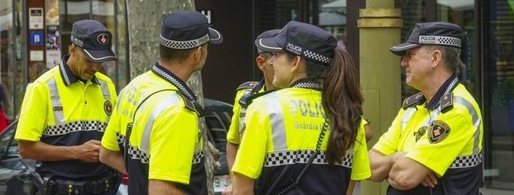 Mujer con coronavirus escupe a policías españoles que la detuvieron