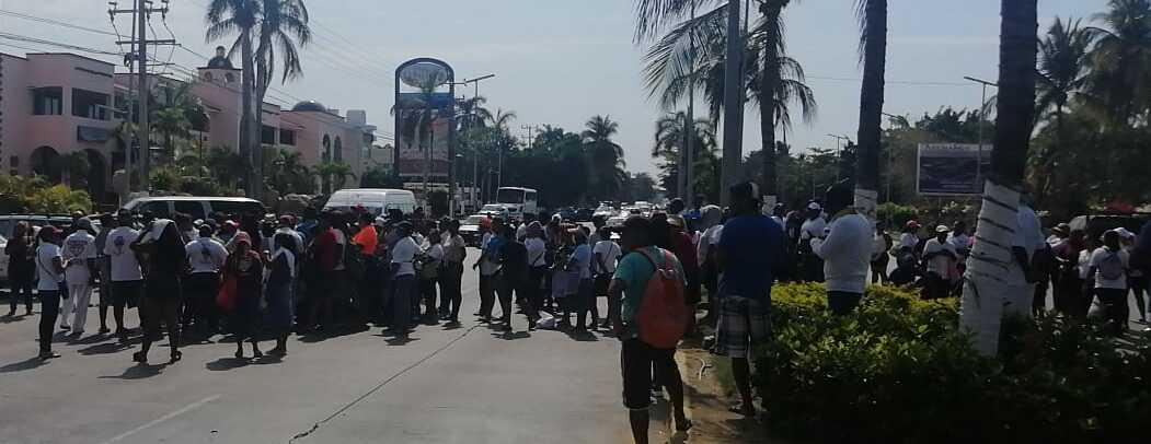 Trabajadores de playa bloquean el Bulevar de Las Naciones