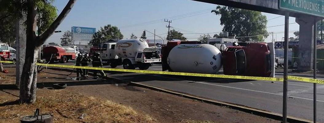 Vuelca pipa de Gas LP en la Texcoco-Lechería