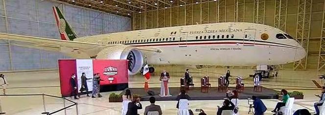 AMLO ofrece mañanera desde el avión presidencial 1