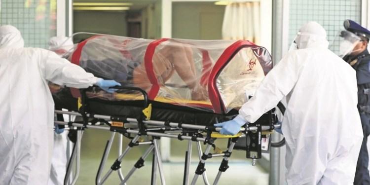 MEX088. CIUDAD DE MÉXICO (MÉXICO), 22/04/2020.- Personal médico del Hospital de Balbuena, recibieron este miércoles a un paciente con COVID-19, en Ciudad de México (México). Las autoridades sanitarias de México reportaron ayer martes 9.501 contagios acumulados de COVID-19 con 729 casos nuevos, el 8,3 % de aumento respecto a los 8.772 del reporte previo, con 857 fallecimientos, 145 más que el día anterior. EFE/Sáshenka Gutiérrez