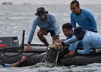 Indonesia: Recuperan restos humanos y fuselaje de avión caído 4