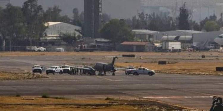Revientan neumáticos de avión de la Fuerza Aérea en pista del AICM 1