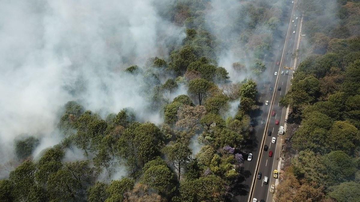 Combaten fuerte incendio en la autopista México-Cuernavaca 2