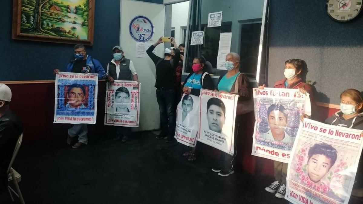 Padres de los 43 toman radiodifusoras en Chilpancingo; anuncian nueva jornada de lucha 1