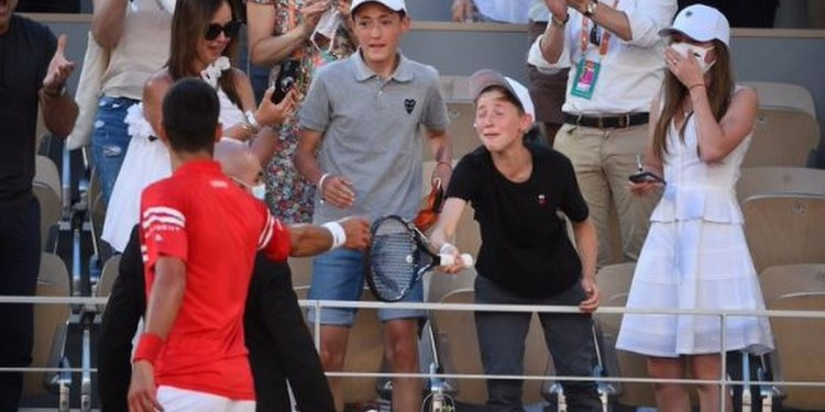 Novak Djokovic regala raqueta a niño mexicano en el Roland Garros 1
