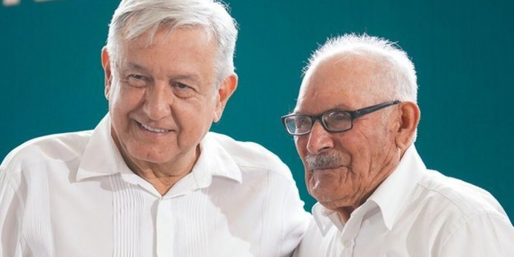 Con foto junto a su papá, AMLO felicita a los papás de México por el día del padre 1
