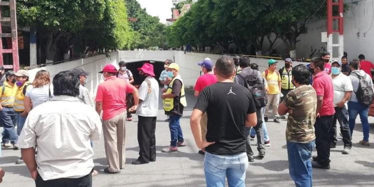 Empleados del Ayuntamiento bloquean en Chilpancingo; exigen bono 1