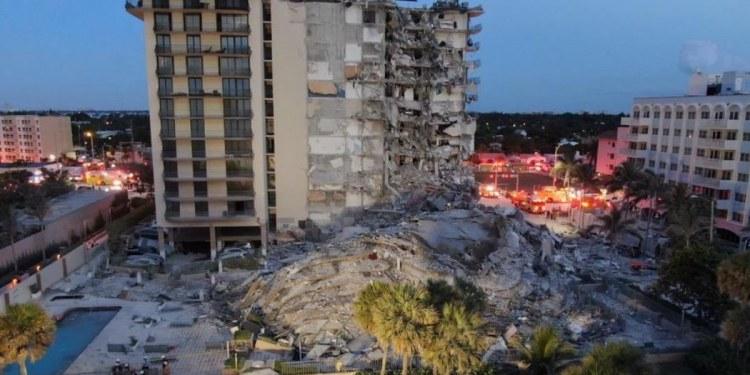 Se derrumba edificio de apartamentos en Miami; hay un muerto y varios heridos 1