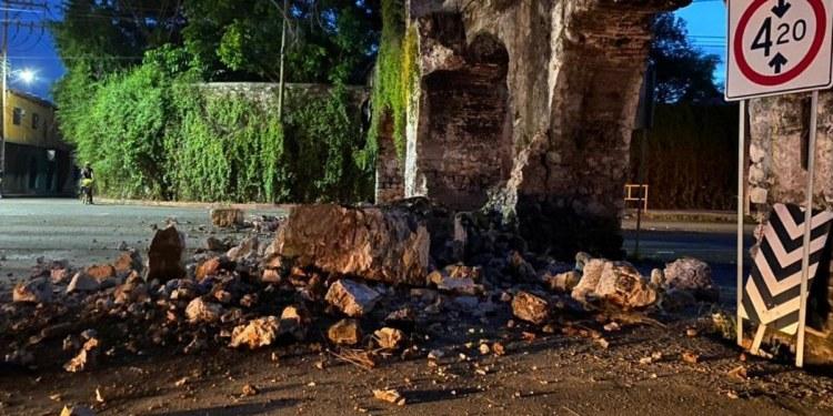 Camión con tubos de concreto destruye arcos históricos en Morelos 1