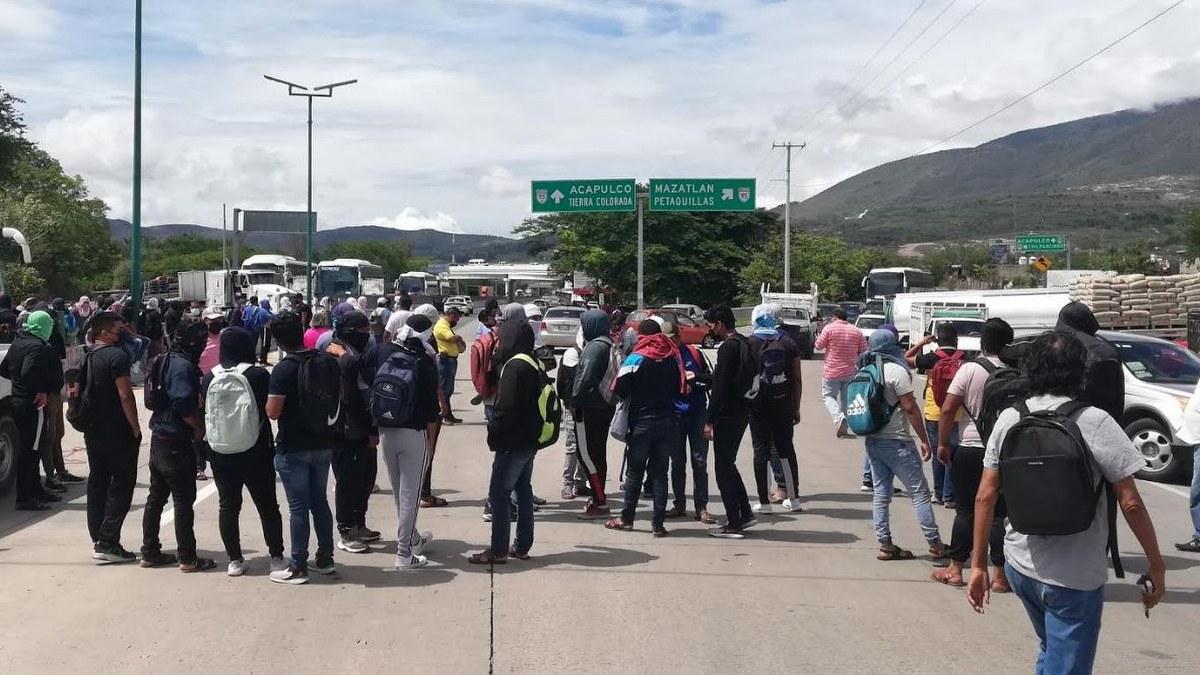 Normalistas de Ayotzinapa bloquean la Autopista del Sol en Chilpancingo 2