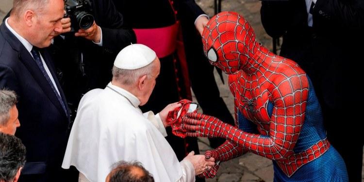 """""""Spiderman"""" sorprende al Papa Francisco y le regala una máscara 1"""