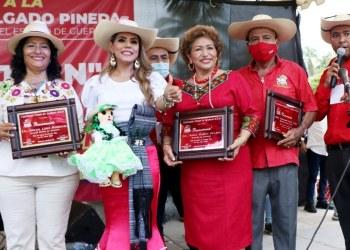 Evelyn Salgado, Adela Román y Abelina López celebran con calentanos en Acapulco 5