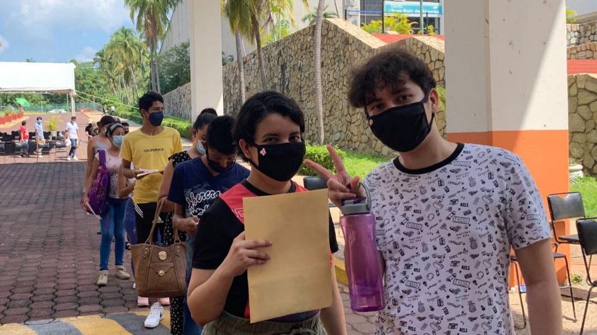Acapulco: con mamás, amigos o pareja; la vacunación de centennials y millenials en imágenes 3