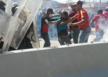Policías de Guerrero garrotean a empleados del ayuntamiento de Chilpancingo por exigir pagos 7