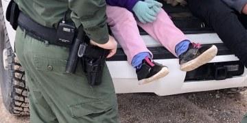Agentes fronterizos hallan abandonadas a niña y bebé migrantes en Texas 9