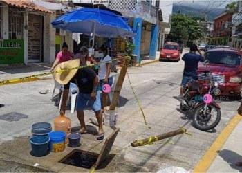 Acapulco: por falta de agua, vecinos lavan ropa en las fugas que hay en Barrios Históricos 11