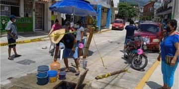 Acapulco: por falta de agua, vecinos lavan ropa en las fugas que hay en Barrios Históricos 5