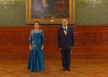 Critican vestido que usó Beatriz Gutiérrez en la ceremonia del grito de Independencia 7