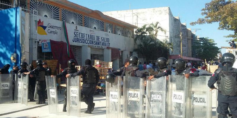Desalojan a trabajadores de oficinas de la Jurisdicción Sanitaria 07 de Acapulco