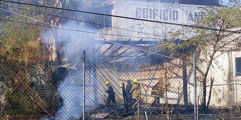 Bomberos de Acapulco apagan incendio en un domicilio baldío