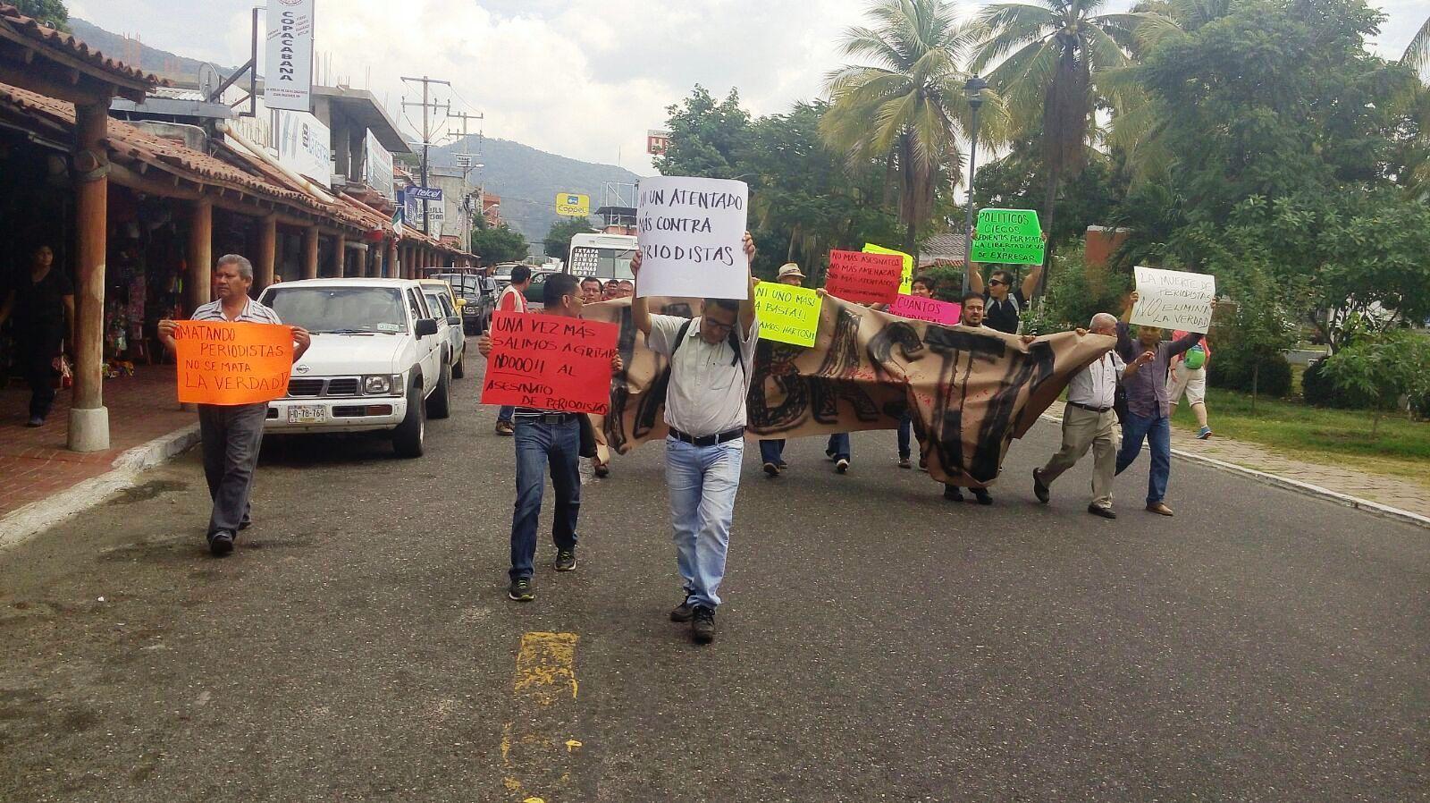 Los periodistas marcharon por la calle Centro de Zihuatanejo de Azueta.