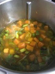 Sopa de abóbora com carne seca desfiada