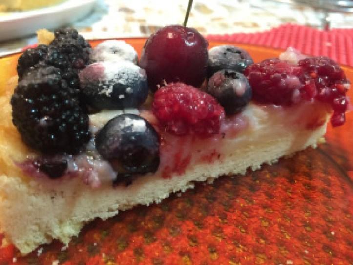 TORTA DE FRUTAS VERMELHAS  - Dividindo o amor (pedaço da torta de frutas vermelhas @bakeandcakebr)