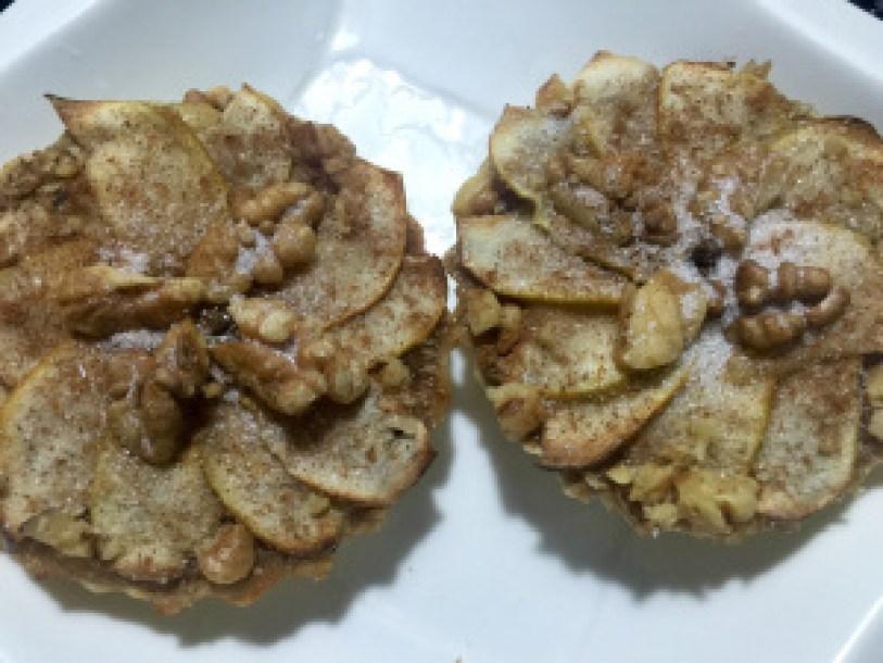 Tortinha de maçã com nozes by @bakeandcakebr