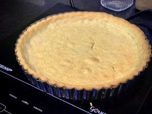 massa de torta de limão assada e pronta para rechear.