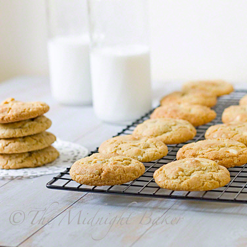 White Chocolate Macadamia Nut Cookies | bakeatmidnite.com | #cookies #christmas #whitechocolatemacadamianut