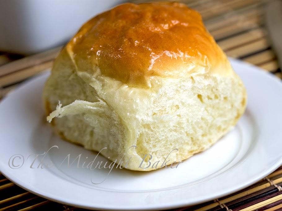 Easy Hawaiian Rolls | bakeatmidnite.com | #YeastBreads #RollRecipes #CopycatHawaiianRolls