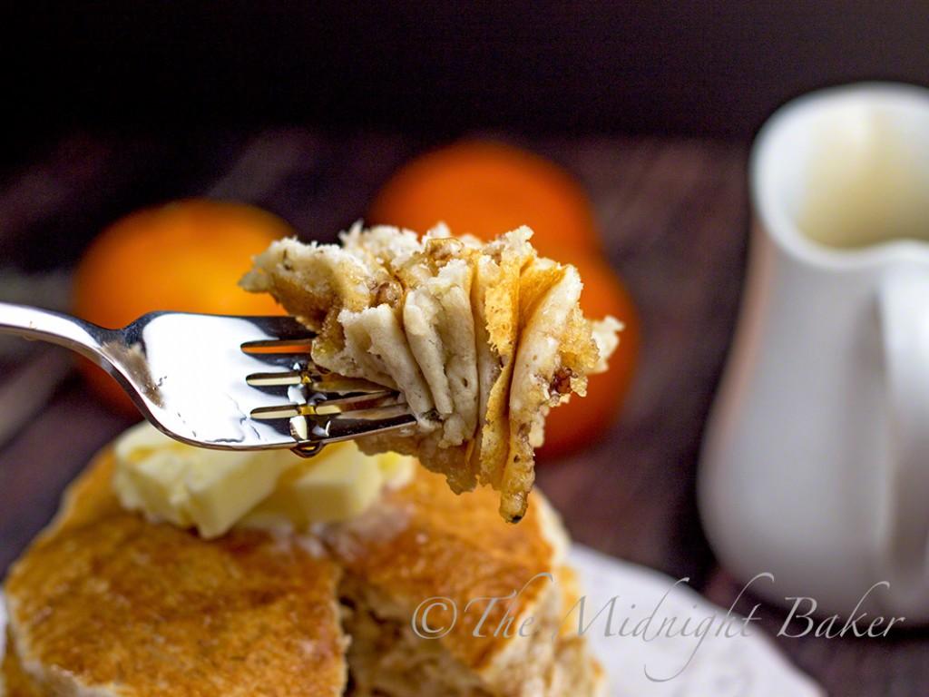 Banana Butter Pecan Pancakes | bakeatmidnite.com | #pancakes #bananapancakes #banananutbread #breakfast