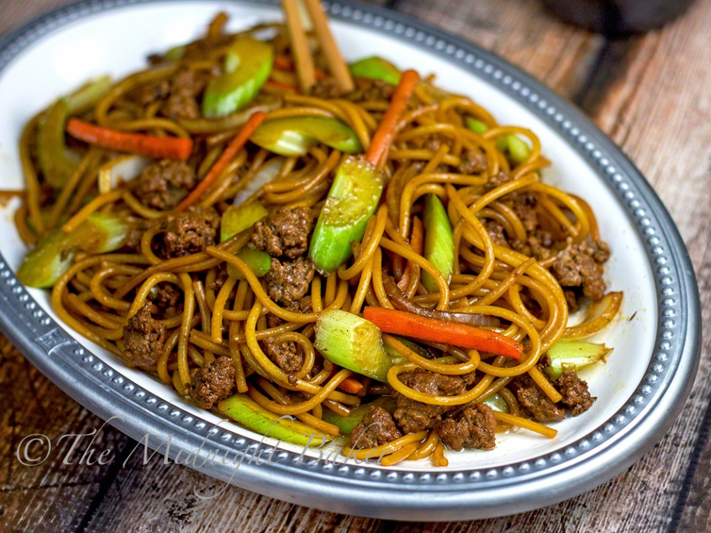 Ground Beef Lo Mein | bakeatmidnite.com | #lomein #pasta #asianfood #groundbeef