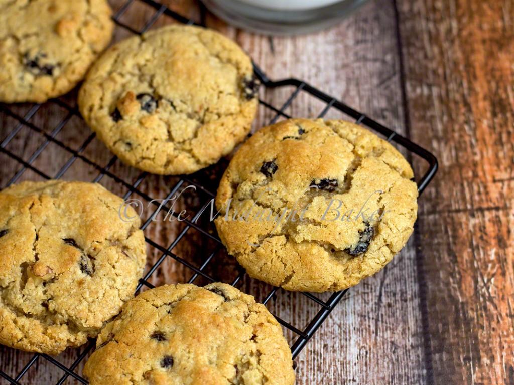 Raisin Walnut Cookies | bakeatmidnite.com | #cookies #raisins #walnuts
