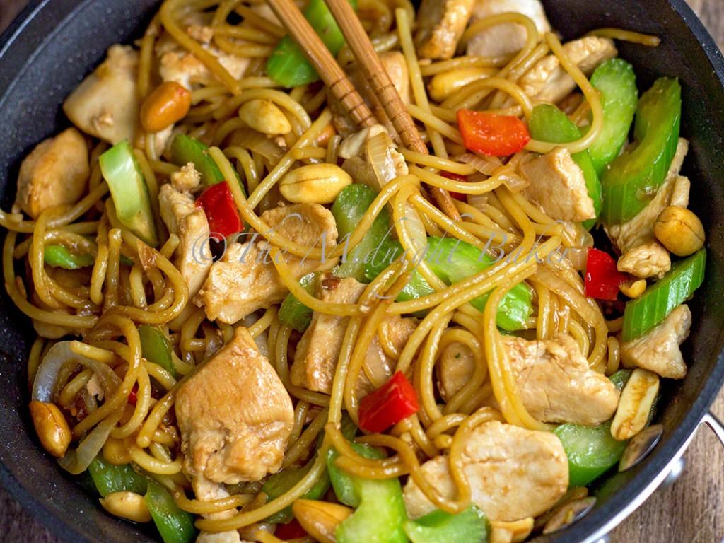 Subgum Chicken Lo Mein | bakeatmidnite.com | #chicken #lomein #pasta