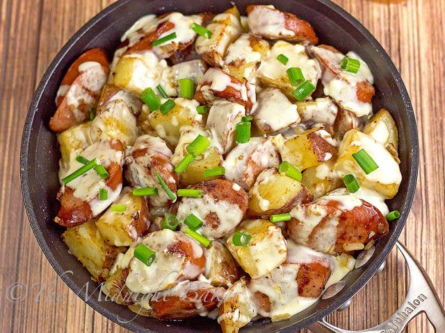 Kielbasa & Potatoes in Cheese Sauce | bakeatmidnite.com | #kielbasa #potatoes #skilletdinners