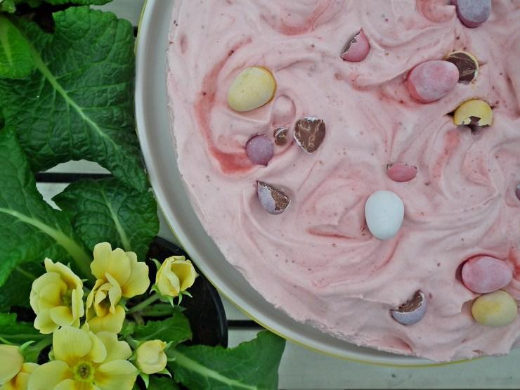 jordbærmoussekake_jordbærmousse_jordbær_mousse_kake_glutenfri_dessert_nøttebunn_bakemagi4