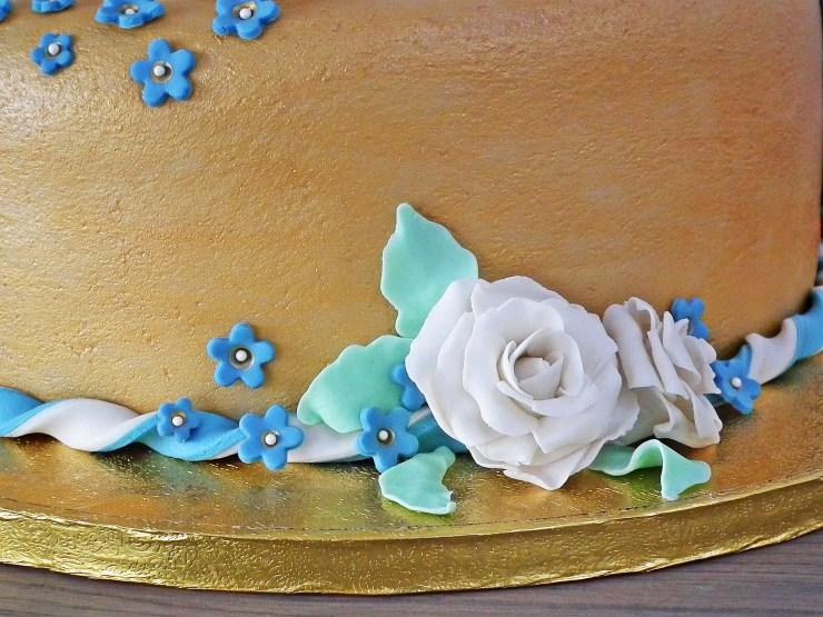 konfirmasjon_konfirmasjonskake_kake_marsipankake_marsipan_sjokolade_sjokoladekake_fondant_bibel_tro_håp_kjærlighet_marsipanroser_gull_gullkake_6