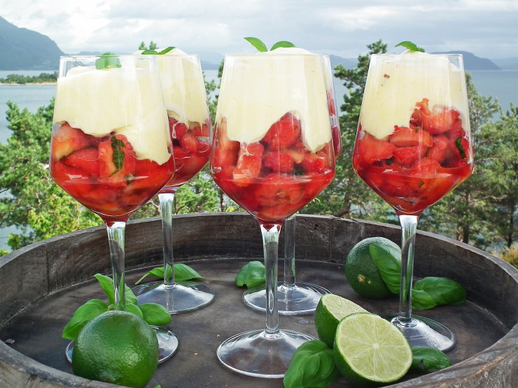 dessert_jordbær_jordbærdessert_lime_basilikum_krem_råkrem_oppskrift_bakemagi_5