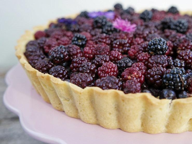 bjørnebærpai_pai_bjørnebær_vaniljekrem_solbær_terte_kake_dessert_bær_oppskrift_bakemagi_bakemagino