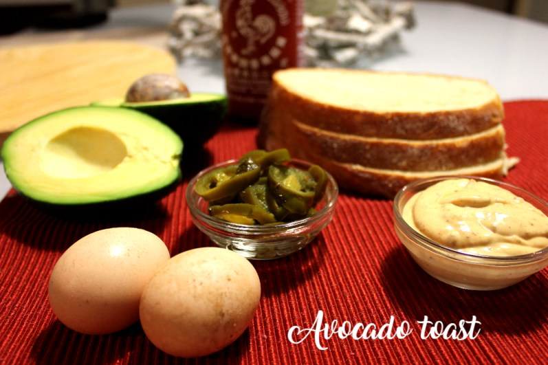 toast me veze dhe avocado-perberesit