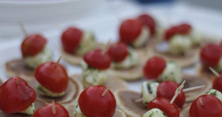 Mini blinis me sherebelë, mocarela e marinuar dhe domate qershi