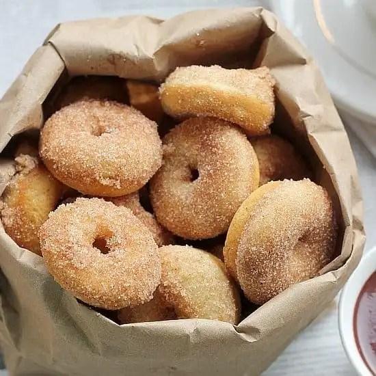 Baked Cinnamon Sugar Mini Donuts | bakerbettie.com
