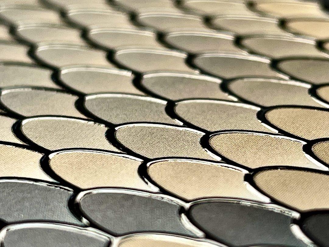 Snakeskin effect varnishing