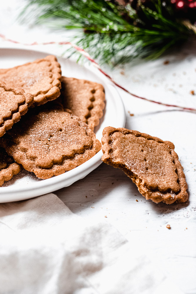 speculoos cookies in a plate