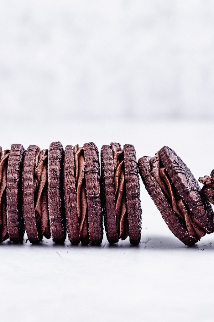 sandwich cookies lined up on their sides