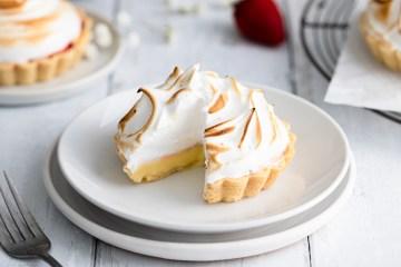 mini lemon tart with italian meringue and strawberries