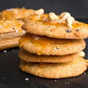 "Cashew Cookies with Salted Caramel | Cookie Friday with ""Herzfutter"""