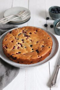 Einfacher Joghurt Beeren Kuchen | Bake to the roots